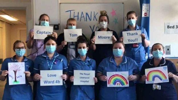 利物浦大學附屬醫院的護士向湯姆上尉表示感謝